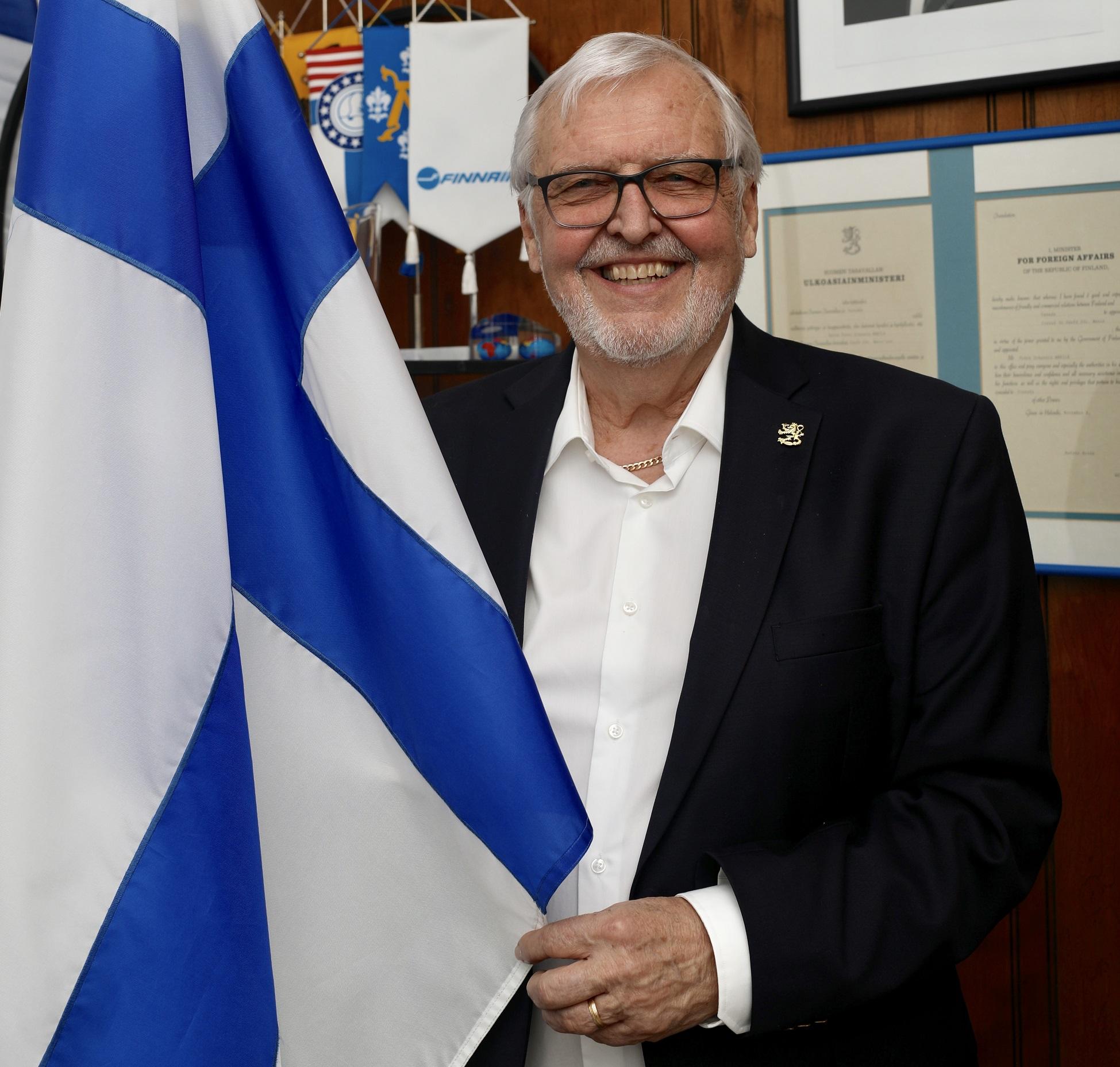 Peter Mäkilä pitää kädessään Suomen lippua
