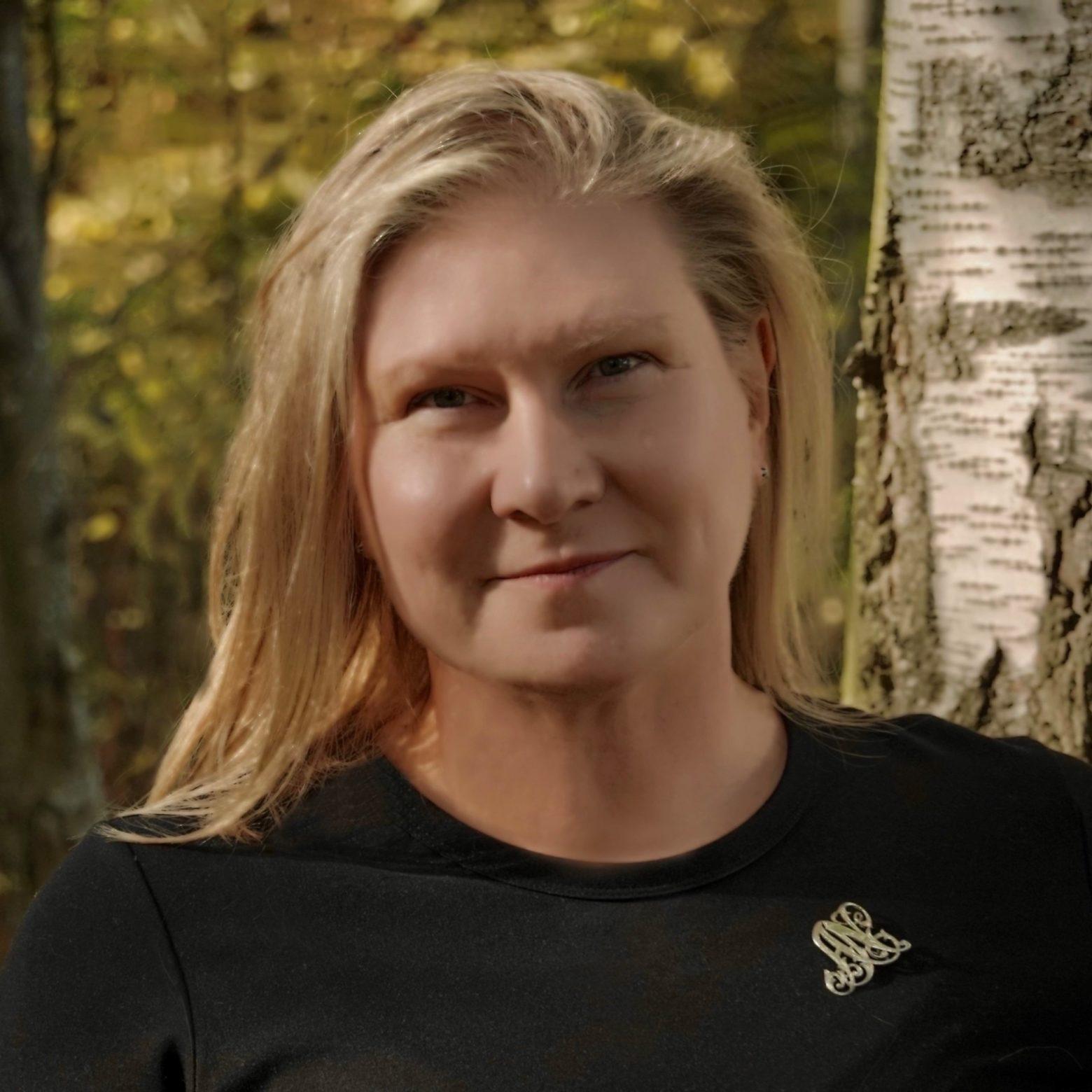 Anne Nikula kesäisessä maisemassa